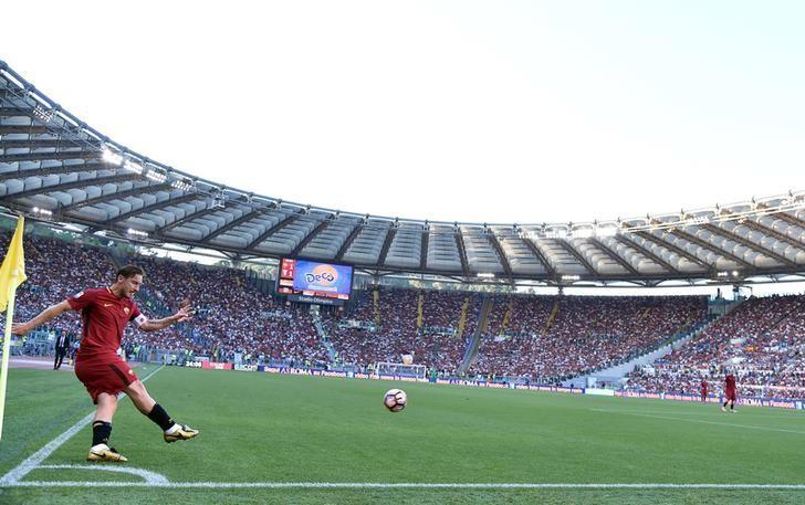 Football Soccer - AS Roma v Genoa - Serie A - Stadio Olimpico, Rome, Italy - 28/5/17 AS Roma's Francesco Totti takes a corner.     REUTERS/Alberto Lingria