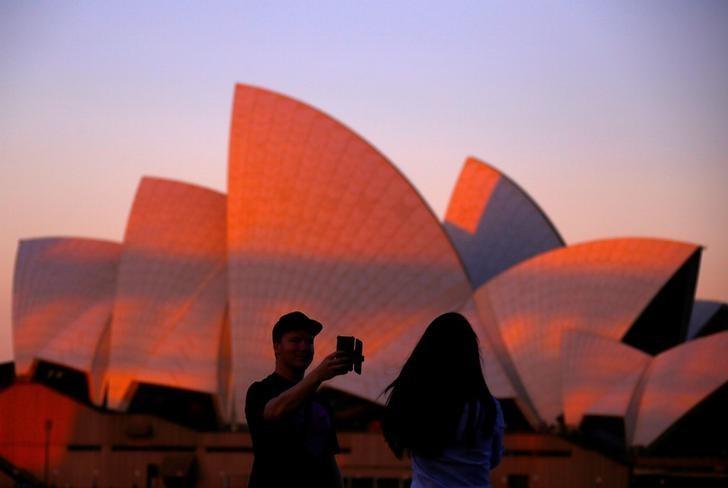 资料图片:2017年5月,游人在悉尼歌剧院前留影。REUTERS/David Gray