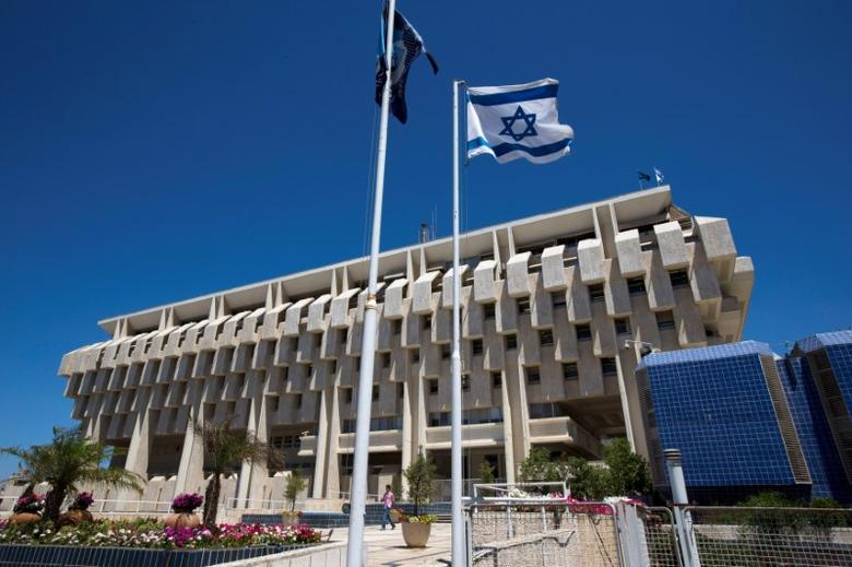 FILE PHOTO: An Israeli flag flutters outside the Bank of Israel building in Jerusalem August 7, 2013.  REUTERS/Ronen Zvulun/File Photo