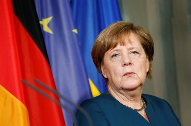 5月29日、ドイツ政府のザイバート報道官は、メルケル首相(写真)は完全なる大西洋主義者であり、独米間の健全な関係性維持のために、両国の相違点について意見を言い合うことは正しいとの意見を持っていると述べた。写真はメーゼベルクで20日撮影(2017年 ロイター/Fabrizio Bensch)