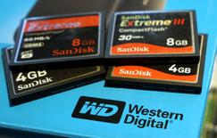 IMAGEN DE ARCHIVO: Una variedad de tarjetas de memoria son vistas en una caja en Golden, Colorado, Estados Unidos. 21 de octubre 2015. Western Digital Corp podría asociarse con un consorcio integrado por un fondo del Gobierno japonés y por KKR & Co LP en una oferta por la unidad de microprocesadores de Toshiba, en un giro respecto a su estrategia inicial de obtener una participación mayoritaria inmediata, dijeron dos fuentes cercanas al tema. REUTERS/Rick Wilking