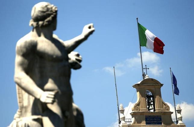 5月29日、イタリアが秋にも総選挙を実施する公算が高まっている。写真はローマの広場で掲揚された同国旗。2013年8月撮影(2017年 ロイター/Tony Gentile)