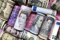 Euro, dólar de Hong Kong, dólar de los EEUU, yen japonés, libra y billetes de banco chinos 100 yuanes se pueden ver en la imagen. 21 de enero 2016. La libra esterlina era la moneda de mayor movimiento el lunes entre las divisas importantes y recuperaba terreno luego de sondeos que mostraron que la primera ministra británica, Theresa May, ganaría las elecciones de la próxima semana. REUTERS/Jason Lee/Illustration/File Photo