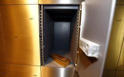 Un lingote de oro en la bóveda de la compañía ProAurum en Múnich, Alemania, mar 3, 2014. El oro permaneció cerca de su nivel más alto en un mes el lunes, en una jornada con pocos negocios por varios feriados en la que la debilidad del dólar y caídas en los mercados bursátiles ayudaron a sostener el precio del lingote.      REUTERS/Michael Dalder
