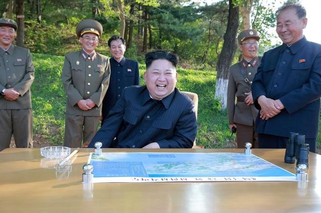 5月30日、北朝鮮国営の朝鮮中央通信(KCNA)は金正恩朝鮮労働党委員長(写真中央)が新しい精密誘導装置の制御による弾道ミサイルの発射実験を指揮し、より強力な戦略兵器の開発を命じたと報道した。KCNAが22日配信(2017年 ロイター)