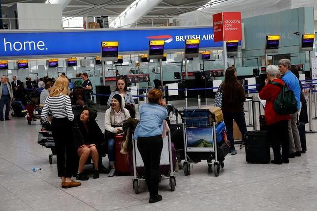 5月29日、英ロンドンのヒースロー空港は、ブリティッシュ・エアウェイズ(BA)便が30日に完全復旧するとの見通しを示した。(2017年 ロイター/Stefan Wermuth)