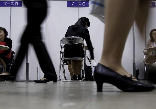 5月30日、総務省が発表した4月の完全失業率(季節調整値)は2.8%で3月(2.8%)から横ばいだった。2016年3月撮影(2017年 ロイター/Yuya Shino)