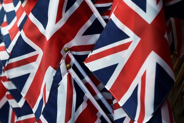 5月29日、調査会社サーベーションによる最新の世論調査で、メイ首相率いる与党保守党の野党労働党に対する支持率のリードが6ポイントとなり、1週間前の9ポイントから縮小した。写真は英国旗。ロンドンで27日撮影(2017年 ロイター/Hannah McKay)