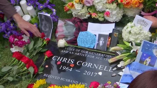 5月26日、今月17日に52歳で死去した米ロックバンド「サウンドガーデン」のリードシンガー、クリス・コーネル氏の葬儀が行われ、米俳優ブラッド・ピットさんやクリスチャン・ベールさん、ミュージシャンのコートニー・ラブさんが参列した。写真はロイタービデオの映像から(2017年 ロイター)