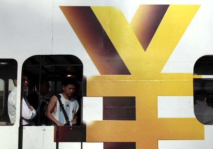 资料图片:2010年11月,中国香港,电车上的人民币标志。REUTERS/Tyrone Siu