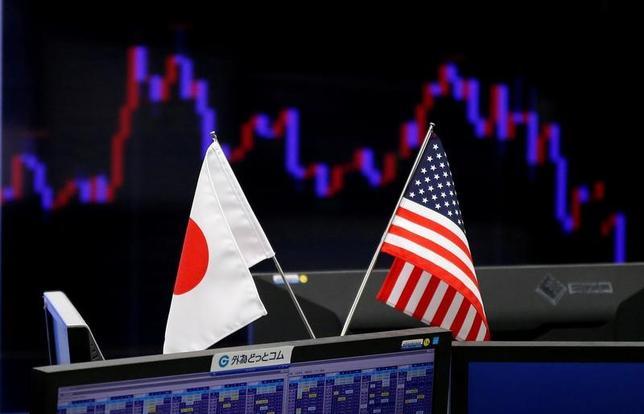 5月30日、午後3時のドル/円は、前日東京市場午後5時時点に比べ、ドル安/円高の110円後半だった。クロス円の下落に連れ安となり、午前の取引で111円を割り込んだ。下げ止まった後もロシアゲート疑惑が警戒され、戻りは鈍かった。写真は都内で2017年1月撮影(2017年 ロイター/Toru Hanai)