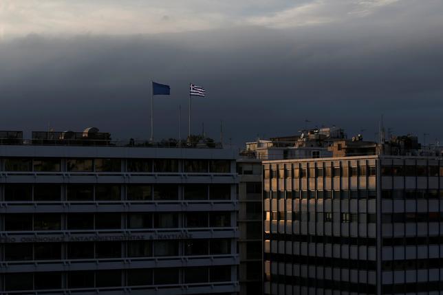 5月30日、ギリシャ政府のツァナコポロス報道官は、国際債権団がギリシャの債務軽減で合意できなければ同国が7月の債務返済を見送ることを検討しているとのドイツ紙報道を否定した。写真はアテネの財務省ビル。2015年3月撮影(2017年 ロイター/ALKIS KONSTANTINIDIS)
