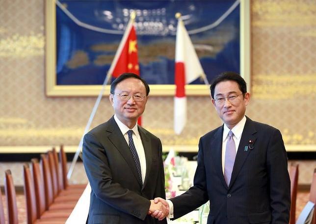 5月30日、中国外交を統括する楊潔チ国務委員(写真左)は、都内で岸田文雄外相(写真右)と会談し、朝鮮半島問題について、武力を使わず外交的に解決すべきとする同国の方針を改めて主張した。 都内の外務省飯倉公館で代表撮影(2017年/Eugene Hoshiko/Pool)