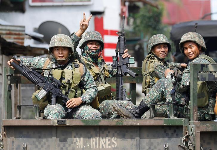 Philippine Marines smile at the media near the stronghold of Maute group in Marawi City in southern Philippines May 30, 2017. REUTERS/Erik De Castro