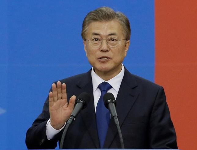 5月30日、韓国の文在寅大統領は、国防省が新型迎撃ミサイルTHAAD(サード)の発射台4基の追加搬入を報告していなかった件について、調査を指示した。写真は10日ソウルで撮影(2017年 ロイター/Ahn Young-joon)