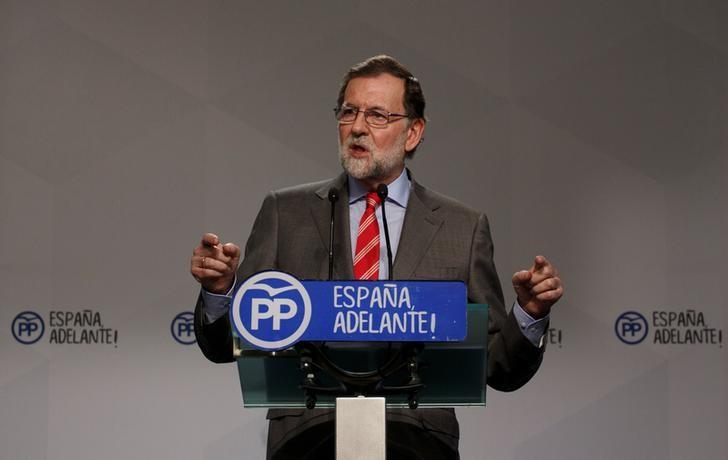 Spain's Prime Minister Mariano Rajoy gestures during a news conference at his ruling People's Party's (PP) headquarters in Madrid, Spain May 22, 2017. REUTERS/Sergio Perez