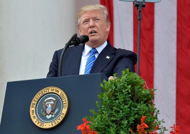 5月30日、トランプ米大統領(写真)は、対米黒字と軍事費の水準に関してドイツを批判した。写真はアーリントンで29日撮影(2017年 ロイター/Mike Theiler)