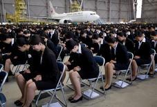 IMAGEN DE ARCHIVO: empleados recién contratados del grupo JAL  durante una ceremonia de iniciación en un hangar del aeropuerto Haneda en Tokio, Japón. 3 de abril 2017. La demanda de mano de obra en Japón registró su mayor nivel en más de cuatro décadas y la tasa de desempleo se mantuvo estable en un mínimo de dos décadas en abril, ofreciendo esperanzas de que el ajustado mercado laboral eventualmente impulsará el débil gasto del consumidor. REUTERS/Toru Hanai/File Photo