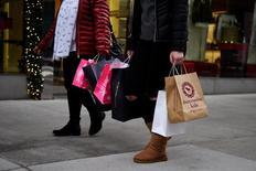 En la imagen de archivo, consumidores cargan bolsas de compras en Nueva York. El gasto del consumidor en Estados Unidos registró en abril su mayor alza en cuatro meses y la inflación mensual repuntó, lo que resalta un fortalecimiento de la demanda interna a comienzos del segundo trimestre que podría permitir a la Reserva Federal subir las tasas de interés el mes próximo. REUTERS/Mark Kauzlarich