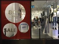 Una tienda de H&M con ofertas en su ventana en Nueva York, Estados Unidos. 11 agosto 2016.El gasto del consumidor de Estados Unidos registró en abril su mayor incremento en cuatro meses y la inflación mensual repuntó, lo que indica un fortalecimiento de la demanda local que podría permitir a la Reserva Federal subir las tasas de interés el próximo mes. REUTERS/Joe White