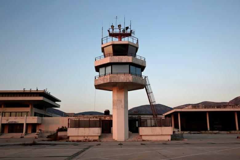 An auxiliary control tower stands in front of the east terminal of the former Athens International airport, Hellenikon, Greece June 16, 2014.  REUTERS/Yorgos Karahalis/File photo