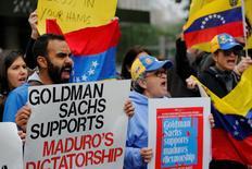 Manifestantes protestan fuera de la sede de Goldman Sachs en Nueva York, Estados Unidos. 30 de mayo 2017.  El banco estadounidense Goldman Sachs confirmó la compra de bonos de la petrolera estatal venezolana en un comunicado que difundió tarde el lunes, en medio de las críticas del Parlamento opositor del país sudamericano por facilitar liquidez al Gobierno de Nicolás Maduro, al que acusan de dictador. REUTERS/Lucas Jackson