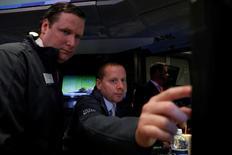 Operadores trabajan en el piso de la Bolsa de Nueva York. 25 de mayo de 2017. Las acciones cerraron en baja el martes en la bolsa de Nueva York, con el índice S&P 500 retrocediendo desde un nivel récord por la debilidad de los sectores energético y financiero que contrarrestó los avances de los papeles tecnológicos. REUTERS/Brendan McDermid