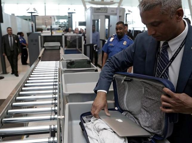 5月30日、米国土安全保障省報道官はラップトップパソコン(PC)を含む電子機器の航空機内への持込禁止について依然として検討していることを明らかにした。ニューヨーク市のジョン・F・ケネディ国際空港で17日撮影(2017年 ロイター/Joe Penney)