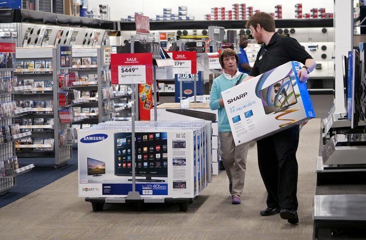 资料图片:2015年5月,美国丹佛,百思买店内员工帮助一名顾客搬运电视机。REUTERS/Rick Wilking