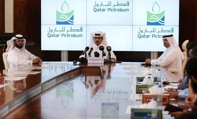 5月30日、カタール国営石油会社カタール・ペトロリアム(QP)が、天然ガスの売却先である日本企業に対し、長期供給に関する契約交渉で厳しい要求をしないよう求めている。写真は4月3日、ドーハで記者会見するQPのサード・カービ最高経営責任者 (2017年 ロイター/Naseem Zeitoon)