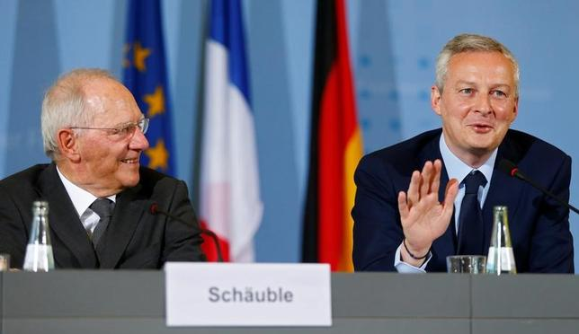 5月30日、ドイツのショイブレ財務相(左)は30日、フランスの下院選前に、フランスとの共通の法人税制度に向けた提案で合意できることを望んでいるとの考えを示した。写真は22日、ルメール仏経財相との記者会見で撮影(2017年 ロイター/Hannibal Hanschke)