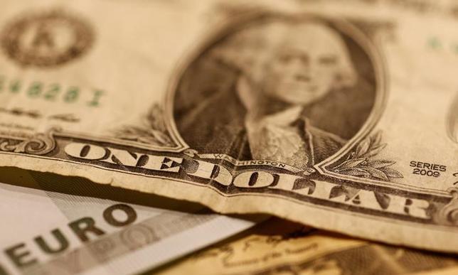 5月31日、正午のドル/円は、ニューヨーク市場午後5時時点に比べ、小幅にドル高/円安の111.10/12円。写真はドルとユーロの紙幣、昨年10月撮影(2017年 ロイター/Leonhard Foeger)