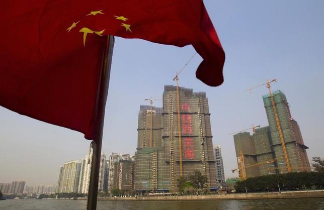 5月31日、中国国家統計局が発表した5月の製造業購買担当者景気指数(PMI)は51.2と、前月比横ばいだった。写真は中国の国旗。広東省で2014年3月撮影(2017年 ロイター/Alex Lee)