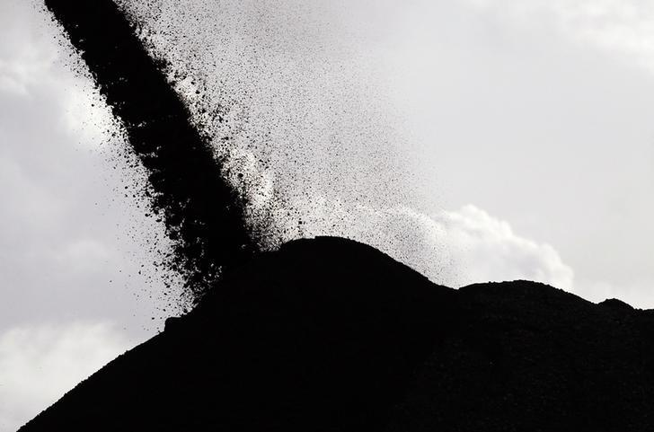 Coal falls from a stacker/reclaimer to a stockpile at the coal port in Newcastle June 6, 2012. REUTERS/Daniel Munoz/Files