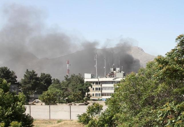 5月31日、アフガニスタンの首都カブールで31日発生した爆発で、少なくとも9人が死亡、90人以上が負傷した。保健省当局者が明らかにした。写真は爆発現場から煙が上がる様子。カブールで撮影(2017年 ロイター)