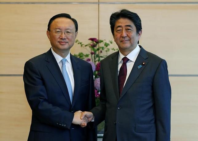 5月31日、中国外交を統括する楊潔チ国務委員(写真左)は、安倍晋三首相と会談し、北朝鮮問題の平和的な解決に向け、関係各国が役割を果たすべきとの認識を示した。北朝鮮への影響力が大きい中国の役割拡大に期待する米国と日本をけん制した格好だ。写真は首相官邸で撮影(2017年 ロイター/Issei Kato)