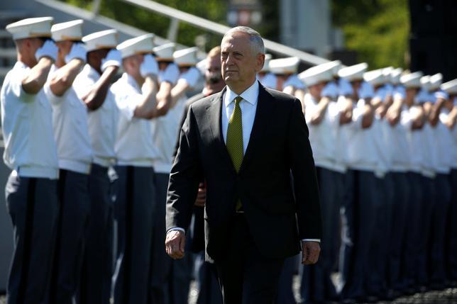 5月31日、マティス米国防長官は、6月2日からシンガポールで開催されるアジア安全保障会議で、北朝鮮問題を主要議題として、同国の核・ミサイルの脅威抑止に向けた協力強化を訴えるとみられている。写真は米国陸軍士官学校の入学式に参列する同国防長官。ニューヨークで27日撮影(2017年 ロイター/★)