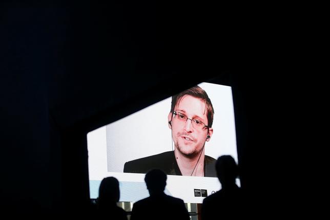 5月30日、米国家安全保障局(NSA)の元職員エドワード・スノーデン容疑者は、トランプ米大統領のような政治家が「偽ニュース」や自由な表現を攻撃していることにより、民主主義と政治の合法性が一段の脅威にさらされていると述べた。写真はビデオインタビューに応えるスノーデン氏。エストリルで撮影(2017年 ロイター/RAFAEL MARCHANTE)