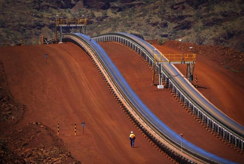 资料图片:2013年12月,西澳洲皮尔巴拉地区Fortescue Solomon铁矿的传送带。REUTERS/David Gray