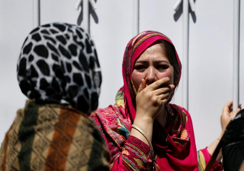 Relatives of Afghan victims mourn outside a hospital after a blast in Kabul, Afghanistan May 31, 2017.  REUTERS/Omar Sobhani