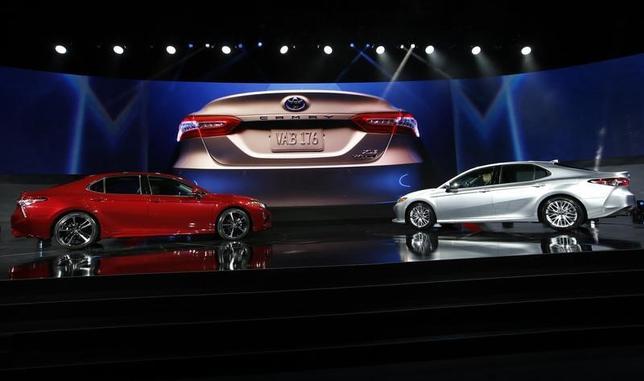 5月31日、トヨタ自動車は車載情報システムとして「オートモティブ・グレード・リナックス(AGL)」のプラットフォーム(基盤)を今夏後半に米国で発売するセダン「カムリ」に搭載する。写真はデトロイトのモーターショーで1月撮影(2017年 ロイター/Mark Blinch)