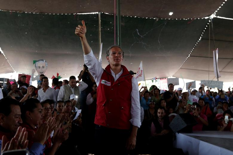 Alfredo del Mazo of Institutional Revolutionary Party (PRI), candidate for governor of the State of Mexico, gives a thumbs up to the audience during his electoral campaign in Ecatepec in State of Mexico, Mexico May 18, 2017. REUTERS/Carlos Jasso