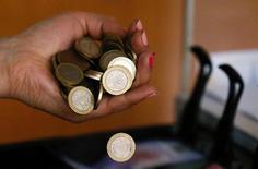 En la imagen, monedas chilenas de 100 pesos. 16 de agosto 2016. La utilidad de la banca chilena aumentó un 19,8 por ciento entre enero y abril, favorecida por aumento en los ingresos por intereses y reajustes y por mayores comisiones, dijo el miércoles el regulador local.  REUTERS/Rodrigo Garrido/Illustration - RTX2LCY1