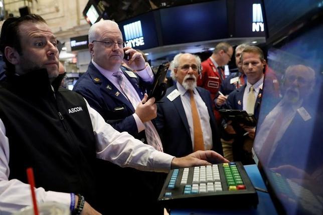 5月31日、米国株式市場は小幅安。JPモルガンとバンク・オブ・アメリカが厳しい業績見通しを示し、金融株が全般に売られた。ニューヨーク証券取引所で撮影(2017年 ロイター/Brendan McDermid)