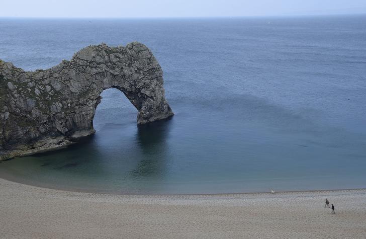 资料图片:2016年5月,英国南部侏罗纪海岸线上的石拱门。REUTERS/Toby Melville