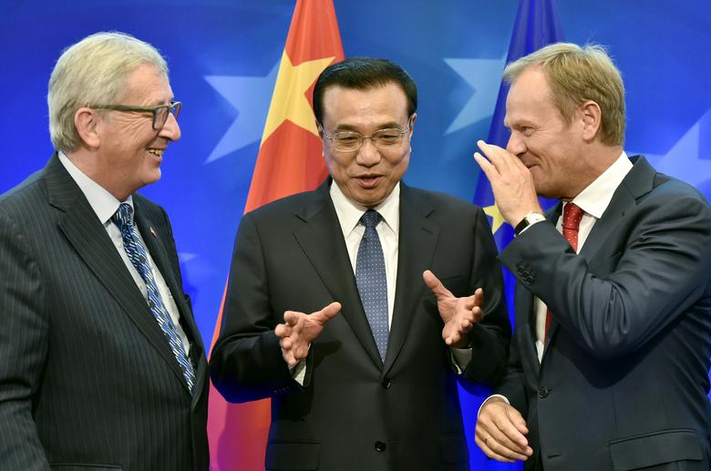 FILE PHOTO: European Commission President Jean Claude Juncker (L) Chinese Premier Li Keqiang (C) and European Council President Donald Tusk  in Brussels, Belgium June 29, 2015.  REUTERS/John Thys/File Photo