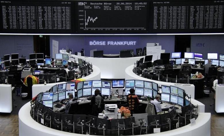 资料图片:2014年6月,法兰克福证交所内大屏幕上的德国股市DAX指数曲线。REUTERS/Remote/Stringer