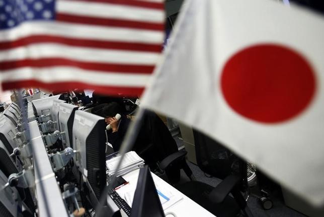 6月1日、午後3時のドル/円は、ニューヨーク市場午後5時時点に比べて、小幅にドル高/円安の111円付近。東京市場では投資家などのドル買い需要で下値が堅いが、トランプ大統領の景気刺激策への期待が米政界の機能不全で剥落するなか、ドルは上値を伸ばせなかった。写真は都内で2014年1月撮影(2017年 ロイター/Yuya Shino)