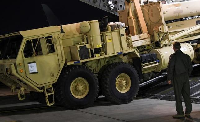 6月1日、韓国大統領府の鄭義溶・国家安保室長が米国に向けて出発した。米軍の新型迎撃ミサイルTHAAD(サード)配備に関する合意を撤回しない意向を伝える方針だ。写真は韓国の京畿道・平沢氏にある在韓米軍基地に到着したTHAAD。提供写真。3月撮影(2017年 ロイター/USFK/Yonhap via REUTERS)