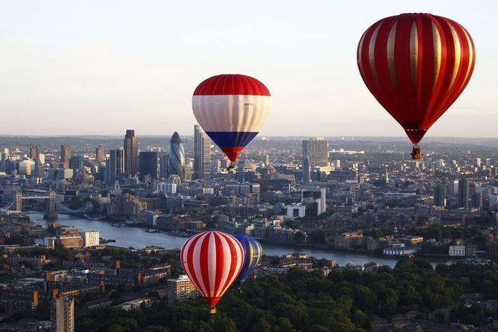 资料图片:2011年7月,伦敦塔桥附近升空的热气球。REUTERS/Andrew Winning